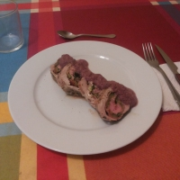 Solomillo de cerdo relleno con salsa de vino tinto.