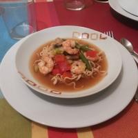 Sopa de fideos chinos con verduras y langostinos.