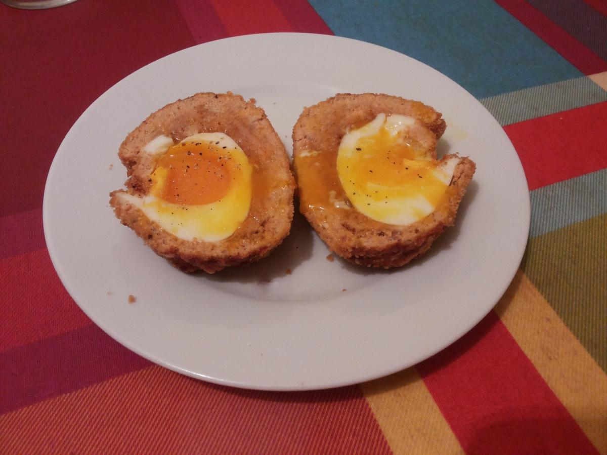 Huevos escoceses con salmón.