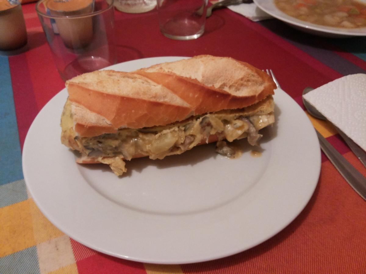 Tortilla de patata con setas y queso.