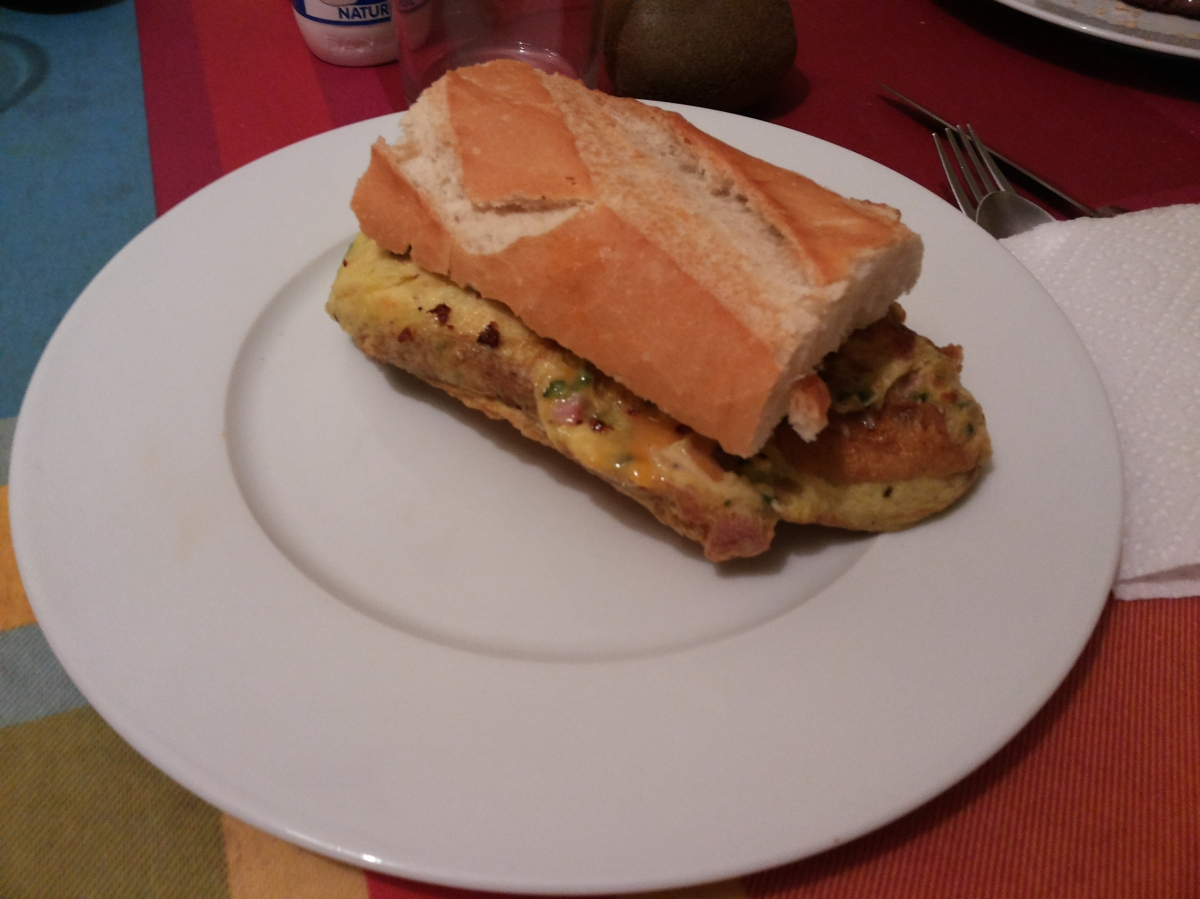 Tortilla de calabacín, jamón y queso.