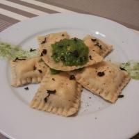Raviolis de berenjena y mozzarela con salsa pesto.