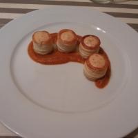 Volovanes de salmón con salsa americana.