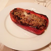 Pimiento rojo asado relleno de carne.