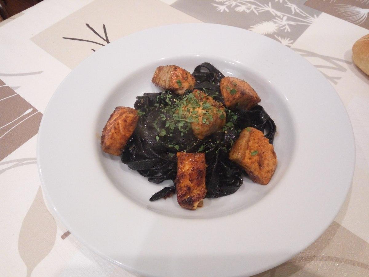 Pasta negra con salmón.