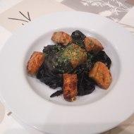 Pasta fresca negra con salmón